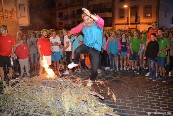 Antonio Miragall saltando la hoguera