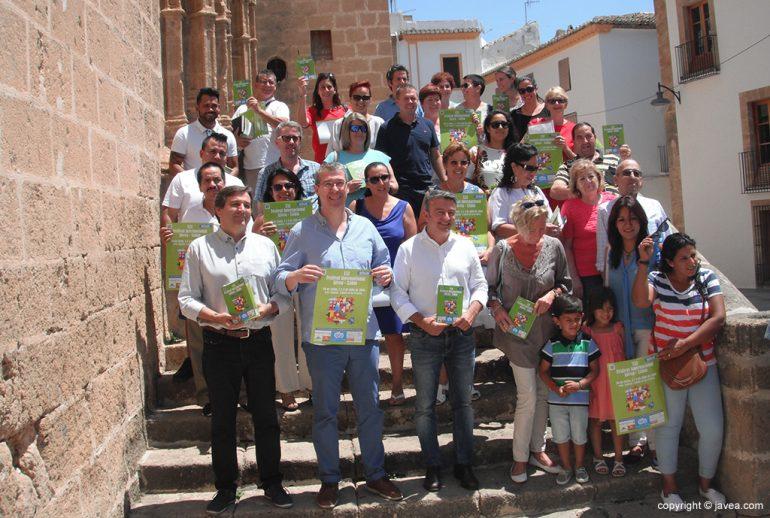 Autoridades con participantes en el Festival Internacional de Xàbia