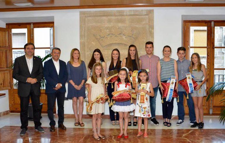 Autoridades municipales junto a reinas y damas