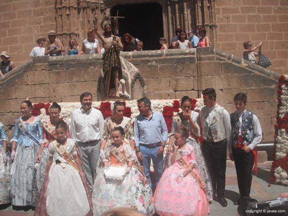Autoridades municipales y festeras tras la ofrenda a San Joan