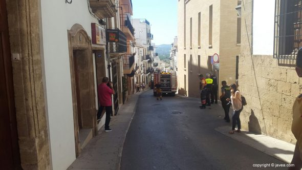 Calle cortada por incendio