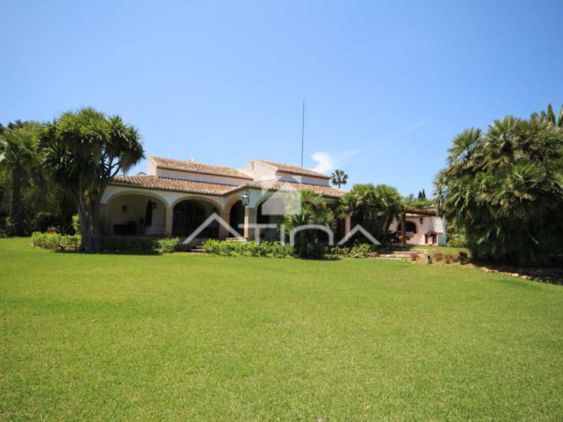 Casa con amplio jardin atina inmobiliaria j for Inmobiliaria jardines