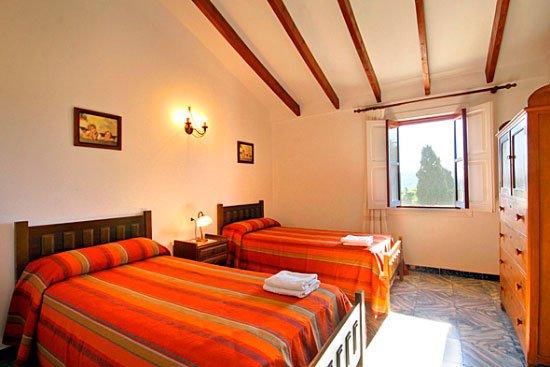 Dormitorio de dos camas Casa Seniola Aguila Rent a Villa