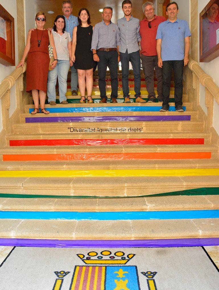 Escalera del ayuntamiento con los colores del arco iris
