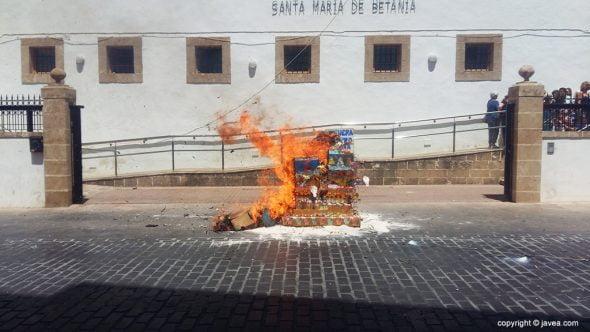 Foguera del Centro de Día ardiendo