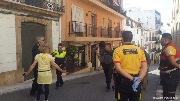 Fuerzas de seguridad cerrando la calle
