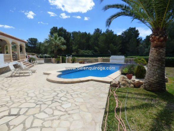 Jardín con piscina Belen Quiroga