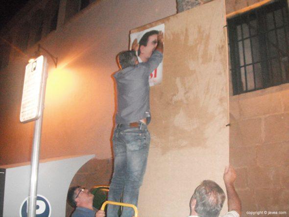 José Chulvi colocando un cartel de Pedro Sánchez