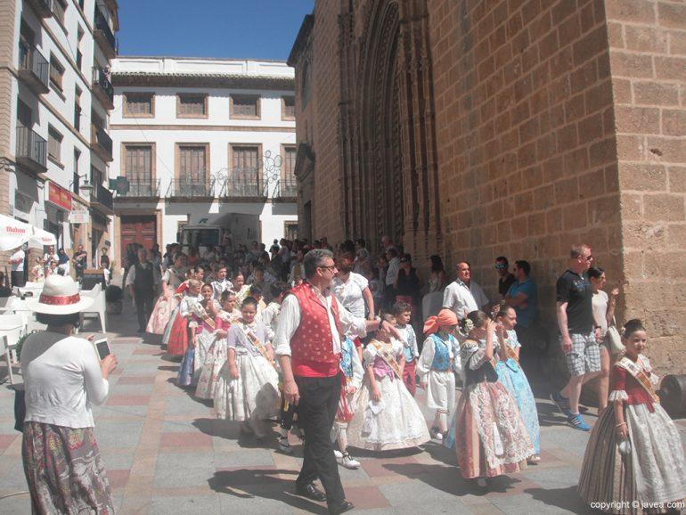La comisión infantil en la plaza de la iglesia