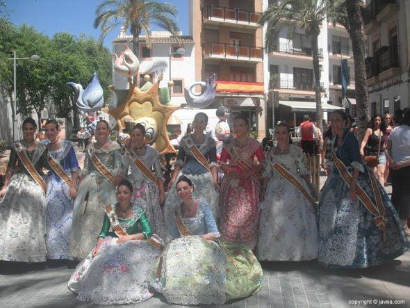 Las reinas y sus damas en la placeta del Convent