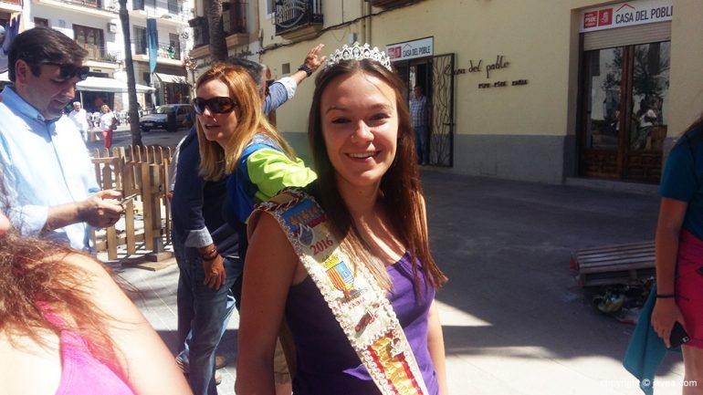La reina de Fogueres durante el pasacalles