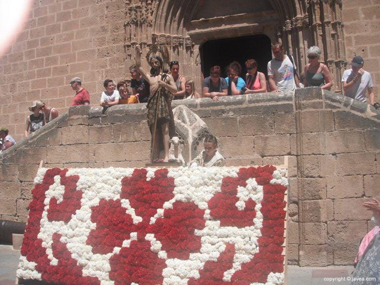 Mar Asenjo realizando la ofrenda a San Joan