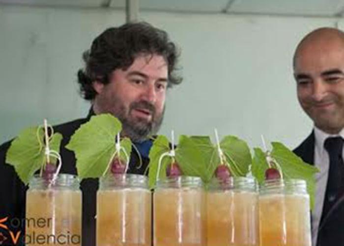 Miguel Angel Juliá con su coctel