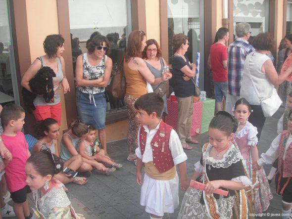 Niños participando en el desfile de la ofrenda de raim i bacores