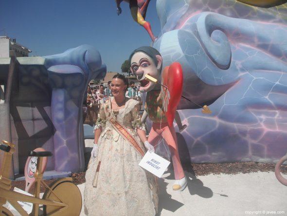 Mar Asenjo tras escoger al ninot indultat de la Foguera Grande
