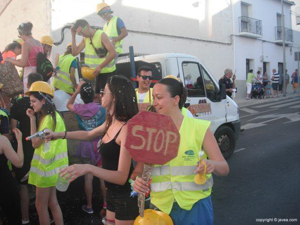 Quintos disfrazados de trabajadores municipales de obras