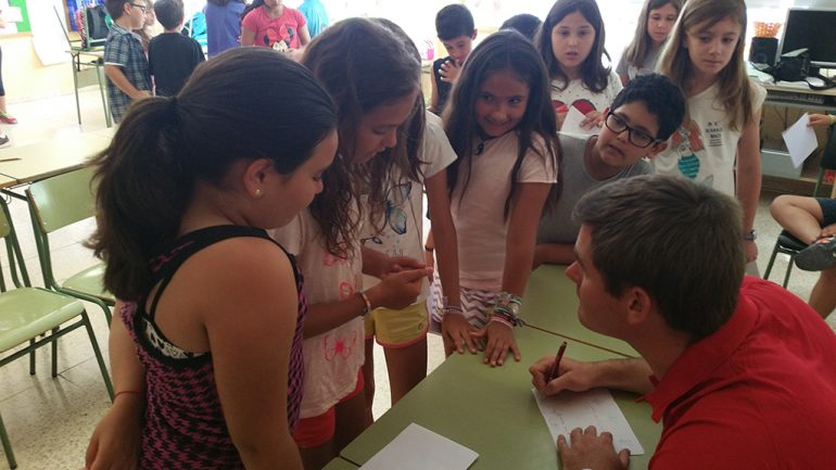 Rafa Andarias firmando a los alumnos