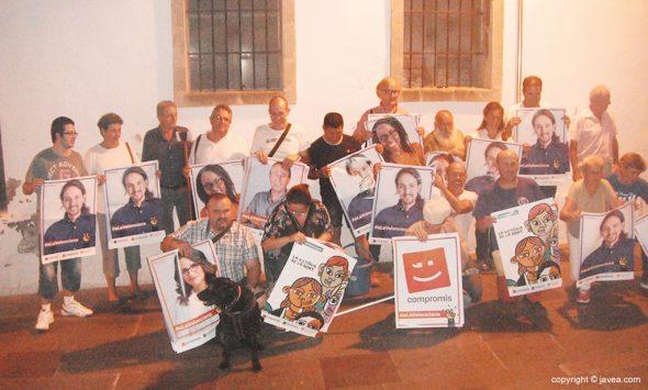 Simpatizantes de Compromís y Podemos con carteles