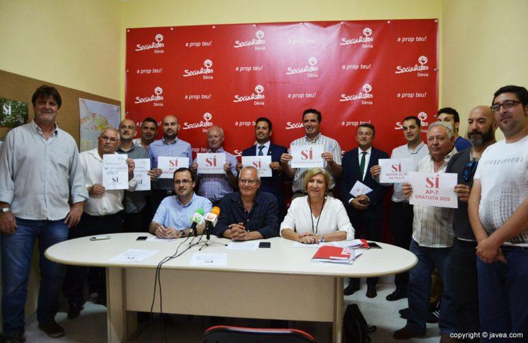 Socialistas de la comarca firmando el manifiesto para la liberación de la AP7