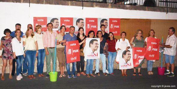 Socialistas de Xàbia en la pegada de carteles