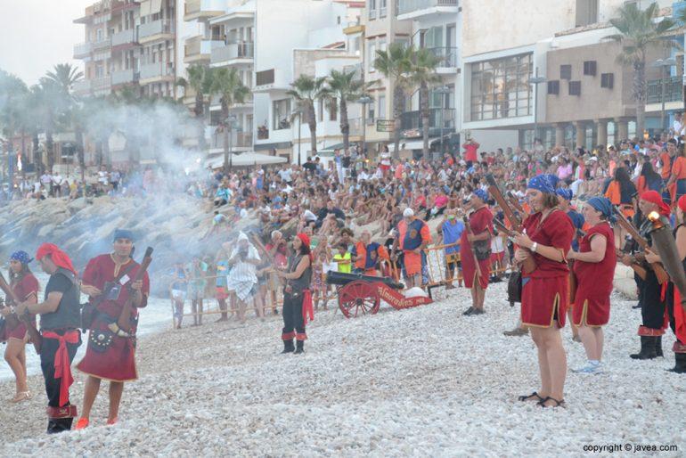 Tropas cristianas defendiendo la playa