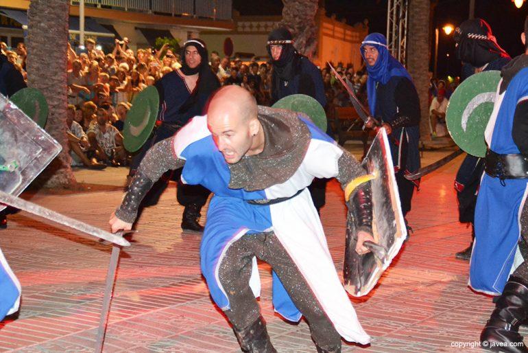 Guerrero cristiano luchando ante los moros