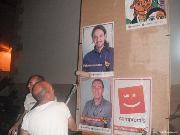 Vicent Colomer pegando un cartel