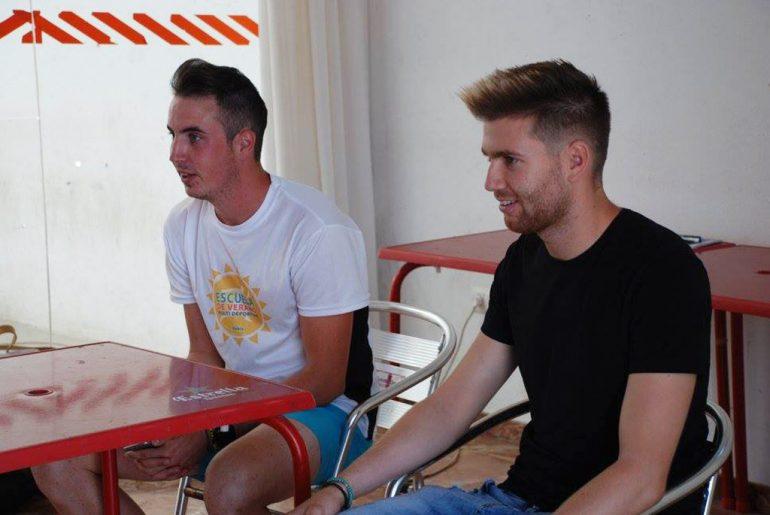 Adrián Ortolá y Rubén Ortolá charlando con los niños