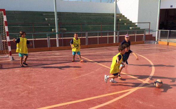 Alumnos practicando fútbol Sala