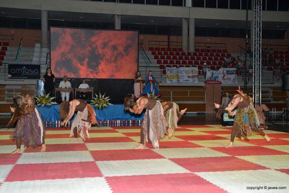Bailarines de la Escuela de Danza Salomé Rodríguez sobre el tablero