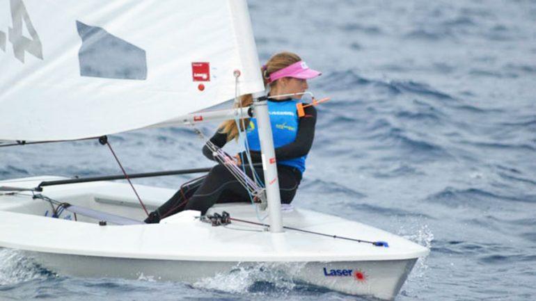 Carla Kadic regateando con su barco Láser 4.7