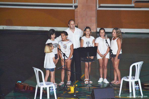 Pepe Mata y el Coro de niños cantando