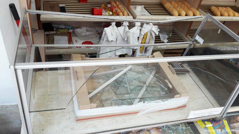 Cristales rotos de la vitrina de la panadería Fersan