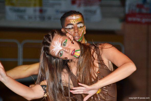 Dos bailarines en acción