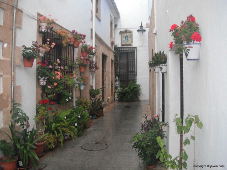Flores de una calle en el centro histórico de Xàbia