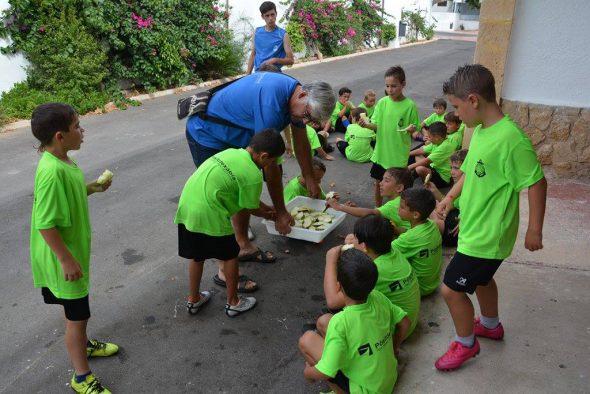 José Buigues repartiendo fruta
