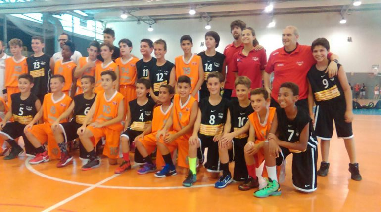 Jugadores alevines valencianos junto a los catalanes
