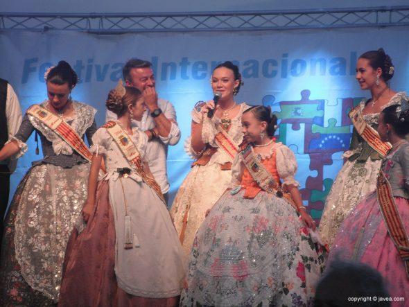 La Reina de Fogueres Mar Asenjo inaugurando el Festival
