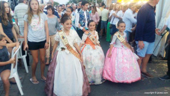 La reina infantil de fogueres Itizar Bertomeu recorriendo el Festival