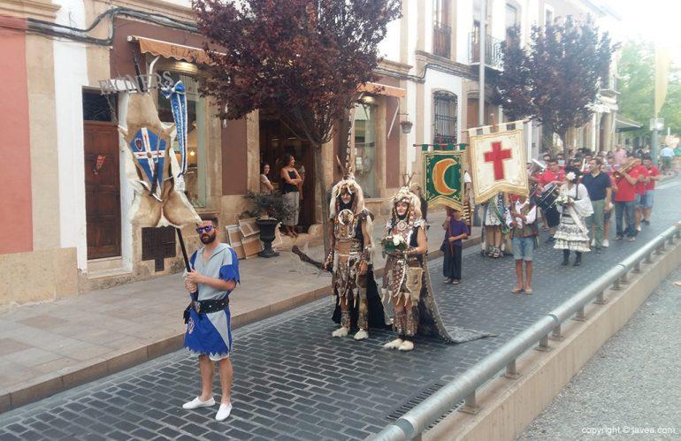 Los capitanes en el desfile por el pueblo