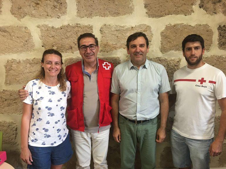 Domenech tras recoger el dinero de manos de Mavi Pérez y Antonio Miragall