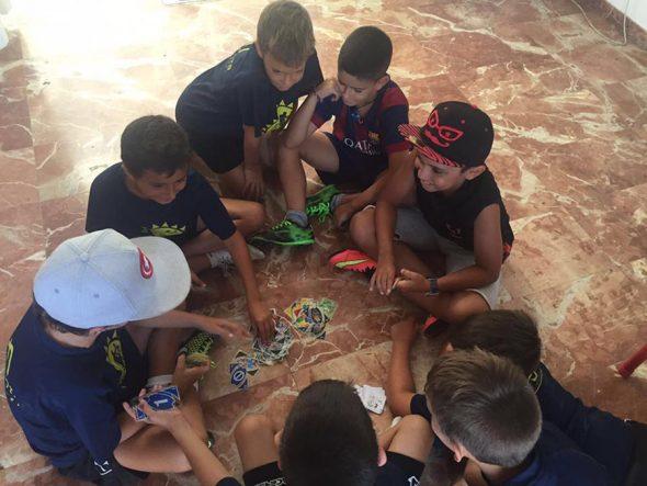 Niños jugando con cartas