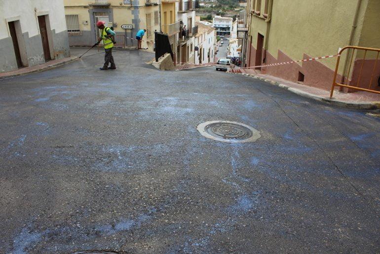 Operario realizando obras de fresado en el asfaltado