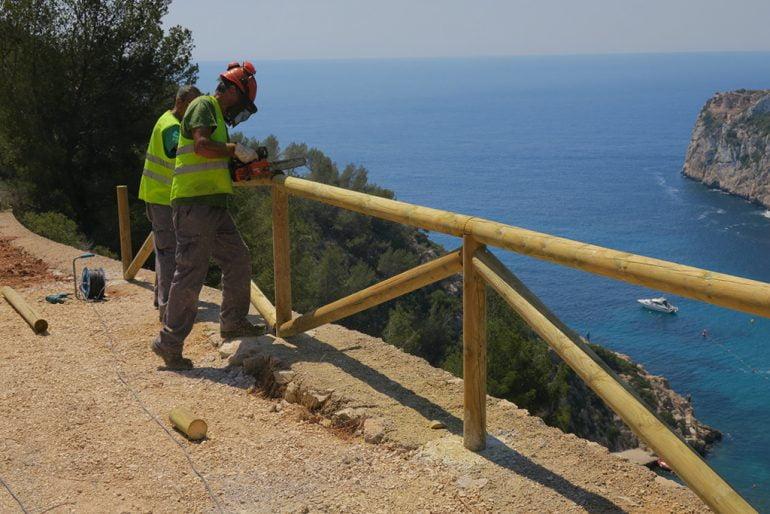 Operarios colocando el vallado de madera en el mirador de la Granadella