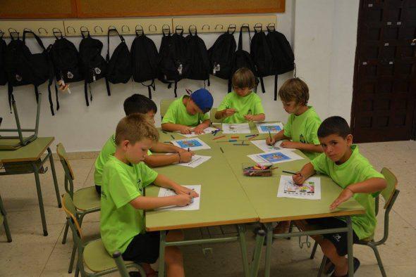 Alumnos del campus en el taller de Pintura