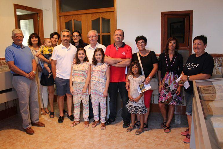 Una familia junto al párroco Guillermo Gilabert