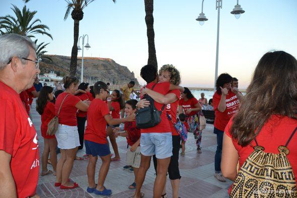 Concentración de abrazos en la playa La Grava