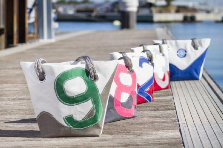 Bolsos hechos con velas de barcos