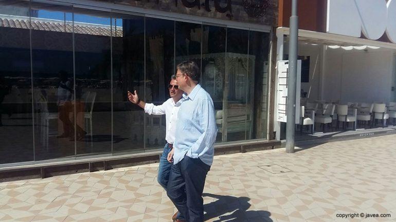 Chulvi y Puig paseando por el Arenal