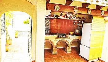 Cocina exterior del chalet en el Puchol Marinabay Homes